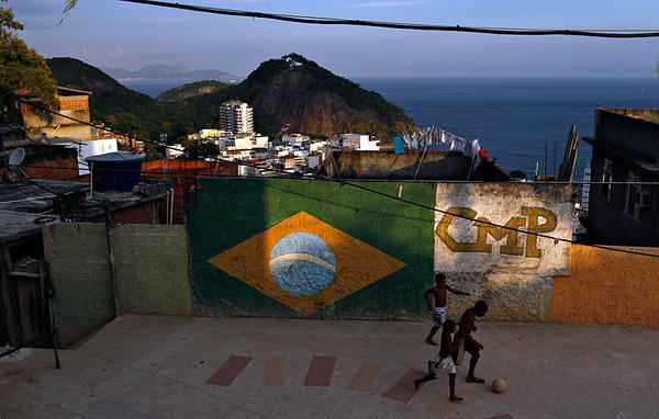favela Ευχαριστώ, δεν θα πάρω μπαλίτσα με αίμα του Θωμά Γιούργα