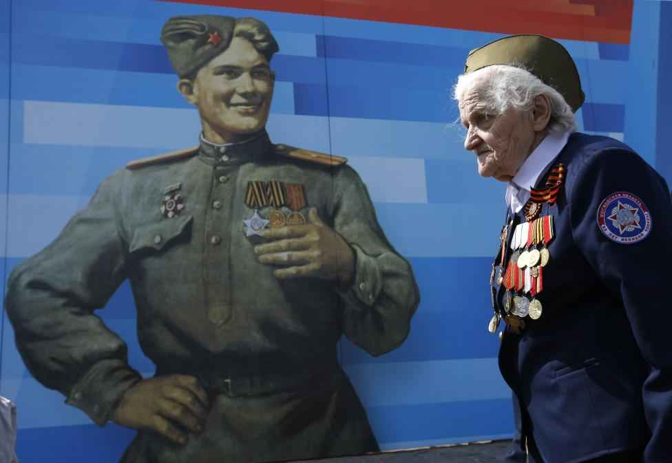 A World War Two veteran arrives to watch the Victory Day parade at Red Square in Moscow, Russia, May 9, 2015. REUTERS/Sergei Karpukhin