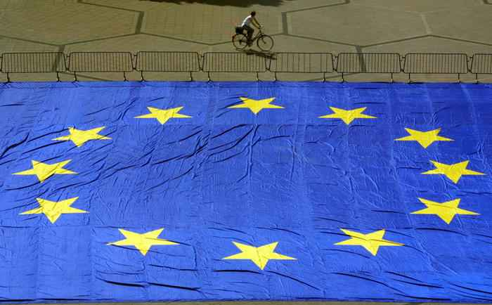 MTZ04 - 20010509 - STRASBOURG, BAS RHIN, FRANCE : A cyclist rides 09 May 2001- Europe's day - near a 600 m2 European flag in front of Robert Schumann university in Strasbourg. EPA PHOTO AFP/DAMIEN MEYER