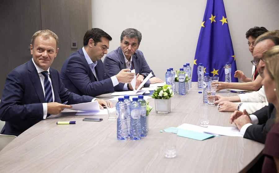 Ο πρωθυπουργός Αλέξης Τσίπρας ( 2ος Α) συνομιλεί με την Γερμανίδα Καγκελάριο Αγγελα Μέρκελ, τον Γάλλο πρόεδρο Φρανσουά Ολαντ (Δ) και τον πρόεδρο του Ευρωπαϊκού Συμβουλίου Ντόναλντ Τουσκ (Α), κατά τη διάρκεια του διαλείμματος της Συνόδου Κορυφής των ηγετών της Ευρωζώνης, στις Βρυξέλλες, Κυριακή 12 Ιουλίου 2015. ΑΠΕ-ΜΠΕ/EUROPEAN CONSILIUM/Mario Salerno