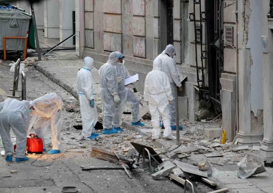 Ζημιές έχει υποστεί το κτήριο του Συνδέσμου Ελληνικών Βιομηχανιών από έκρηξη βόμβας , Τρίτη 24 Νοεμβρίου 2015.Ισχυρη έκρηξη σημειώθηκε στις 3:35 τα ξημερώματα στην είσοδο των γραφείων του Συνδέσμου Ελληνικών Βιομηχανιών, στην οδό Ξενοφώντος, στο Σύνταγμα Η περιοχή είχε αποκλειστεί εγκαίρως από την Αστυνομία, αφού είχαν προηγηθεί προειδοποιητικά τηλεφωνήματα από άγνωστο άνδρα στις εφημερίδες «Το Βήμα» και «Εφημερίδα των Συντακτών». Αυτή την ώρα παραμένει αποκλεισμένη όλη η γύρω περιοχή, ενώ στο σημείο βρίσκονται και άνδρες του Τμήματος Εξουδετέρωσης Εκρηκτικών Μηχανισμών. ΑΠΕ-ΜΠΕ/ΑΠΕ-ΜΠΕ/Παντελής Σαίτας