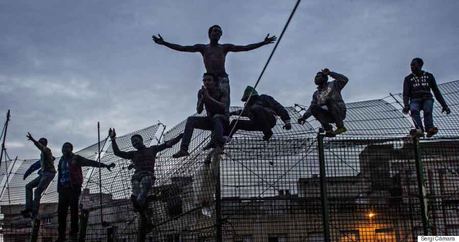 a group of immigrants who managed to reach the fence despite the violence of the Moroccan forces, begs for mercy and deliverance to the Spanish police so that they are not deported to Marruecos.Espa–a deport all immigrants esa–ol even touch the ground, in violation of European laws.