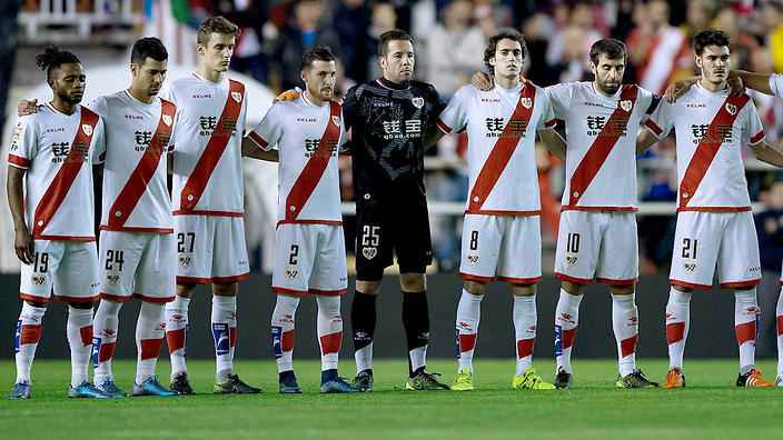 MADRID, SPAIN - OCTOBER 23: Rayo Vallecano team observes one minute of silence in memory of a supporter died in a motorbike accident prior to start the La Liga match between Rayo Vallecano de Madrid and RCD Espanyol at Estadio de Vallecas on October 23, 2015 in Madrid, Spain. (Photo by Gonzalo Arroyo Moreno/Getty Images)