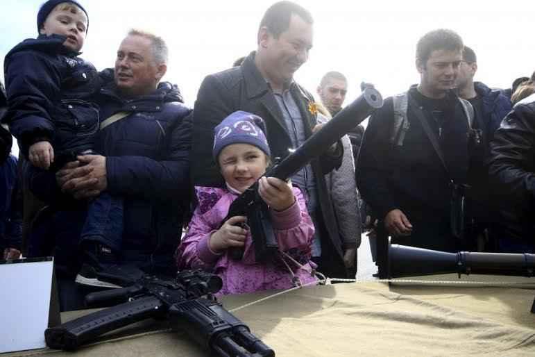ukraine-girl-gun