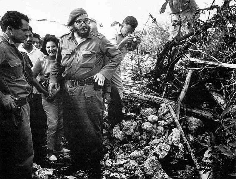Castro-inspects-wreckage