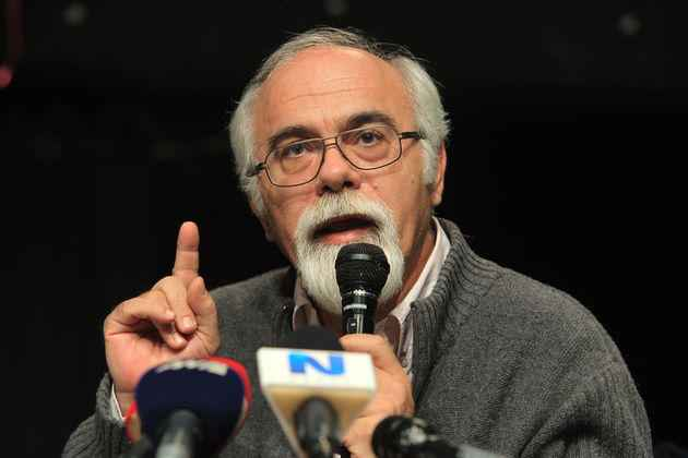 Ο Πέτρος Δαμιανός, διευθυντής του Γυμνασίου-Λυκείου των φυλακών ανηλίκων Αυλώνας   μιλάει σε συνέντευξη τύπου που οργάνωσαν οι γονείς των αναρχικών κρατουμένων που πραγματοποιούν απεργία πείνας, στο Ελεύθερο Αυτοδιαχειριζόμενο Θέατρο Εμπρός, Αθήνα, Τρίτη 2 Δεκεμβρίου 2014. Για 22η συνεχόμενη ημέρα συνεχίζει την απεργία πείνας ο κρατούμενος για τη ληστεία στο Βελβενδό Νίκος Ρωμανός ζητώντας να του χορηγηθούν εκπαιδευτικές άδειες για να συνεχίσει τις σπουδές του, ενώ στην απεργία πείνας συμμετέχουν και οι συγκατηγορούμενοί του Γιάννης Μιχαηλίδης, Δημήτρης Μπουρζούκος και Δημήτρης Πολίτης. ΑΠΕ-ΜΠΕ/ΑΠΕ-ΜΠΕ/ΣΥΜΕΛΑ ΠΑΝΤΖΑΡΤΖΗ