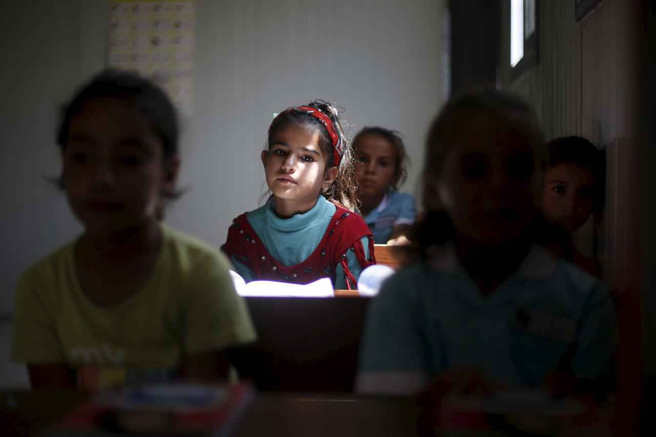 Syrian refugee children sit in a classroom at a newly opened remedial education centre in Azraq refugee camp near Al Azraq city, Jordan, August 19, 2015. The new remedial education centre is managed by UNICEF's partner Relief International. REUTERS/Muhammad Hamed - RTX1OT6M