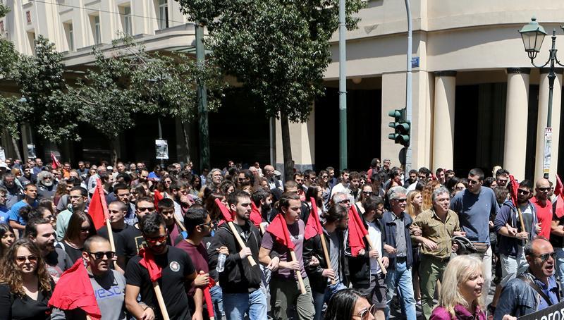 Διαδηλωτές συμμετέχουν σε πορεία της ΑΔΕΔΥ και των συνδικάτων από την Πλατεία Κλαυθμώνος προς την Βουλή , Παρασκευή 6 Μαΐου 2016. Με δύο συγκεντρώσεις και πορείες προς την Βουλή , της ΑΔΕΔΥ και των συνδικάτων από την Πλατεία Κλαυθμώνος και του ΠΑΜΕ από την Ομόνοια πολίτες αντέδρασαν στο ασφαλιστικό και το φορολογικό νομοσχέδιο. ΑΠΕ-ΜΠΕ/ΑΠΕ-ΜΠΕ/Παντελής Σαίτας