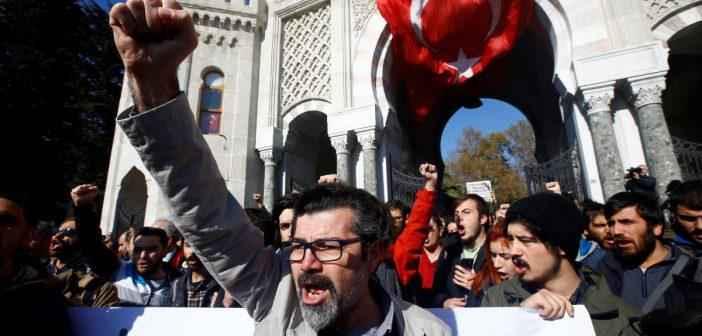Απολυμένοι Τούρκοι ακαδημαϊκοί παραδίδουν διαλέξεις στους δρόμους